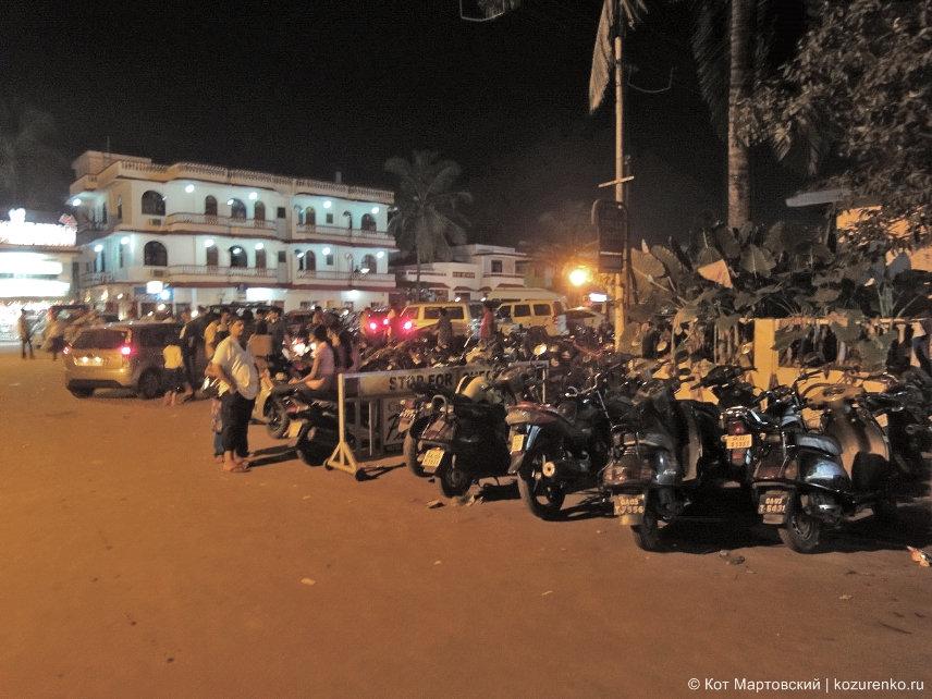 Ночная парковка мототехники в ГОА, Индия