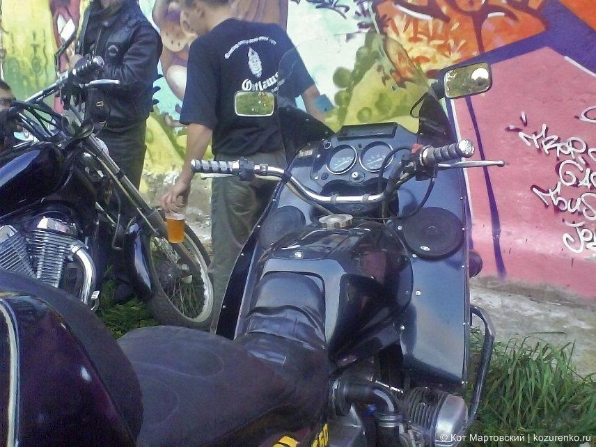 Кауц смастерил из своего Урала настоящий туристический мотоцикл с обтекателями, стеклом и музыкой