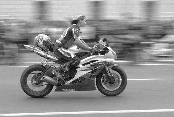 Девушка на мотоцикле Yamaha