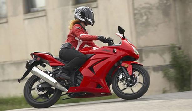 Девушка на мотоцикле Kawasaki Ninja 250