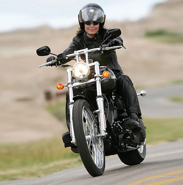Девушка на мотоцикле Harley-Davidson