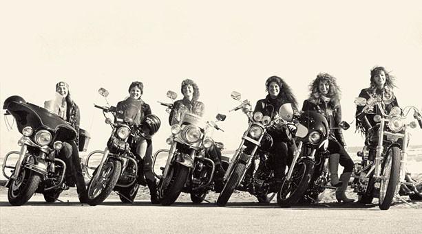 Девушки на мотоцикле Harley-Davidson
