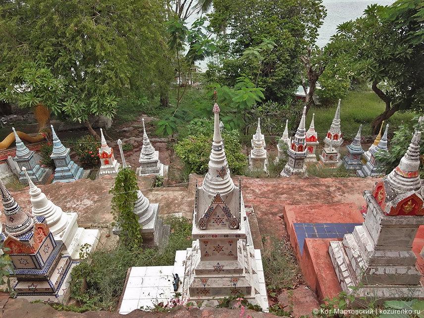 Буддистское кладбище у храма