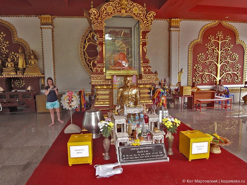 Внутри храма Ват Кхунарам