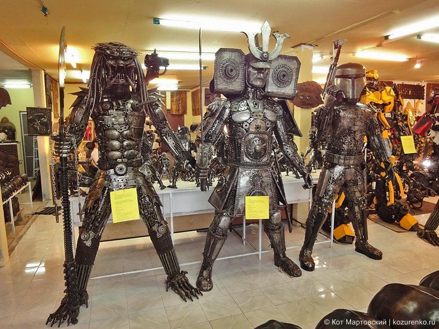 Слева Хищник, справа какой-то Робокоп, посредине воин