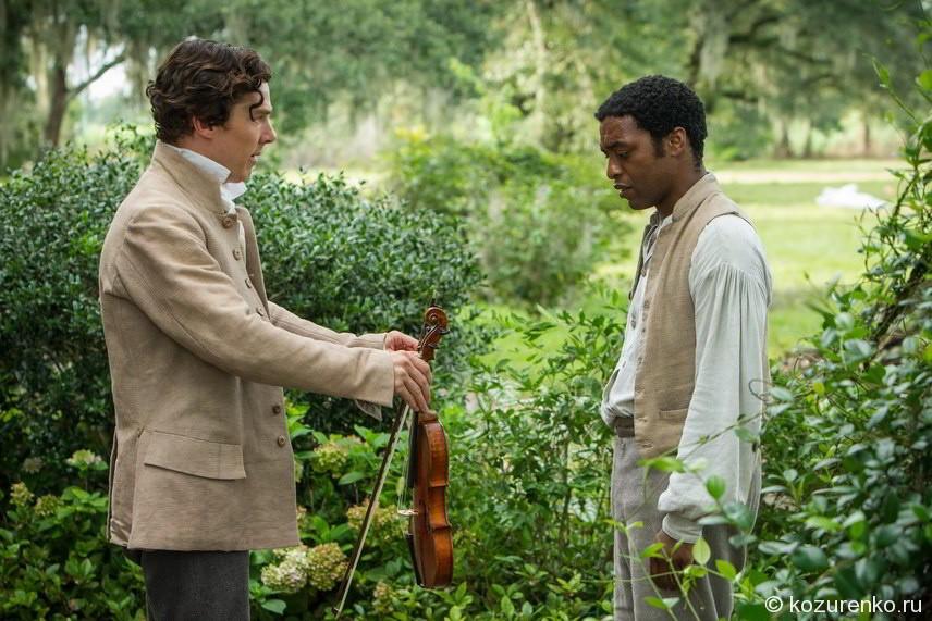 Первый хозяин дарит Соломону скрипку за хорошую работу
