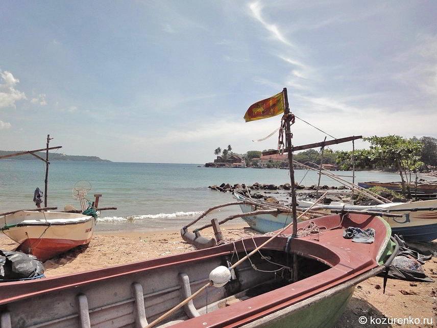 Рыбацкие лодки на пляже недалеко от набережной
