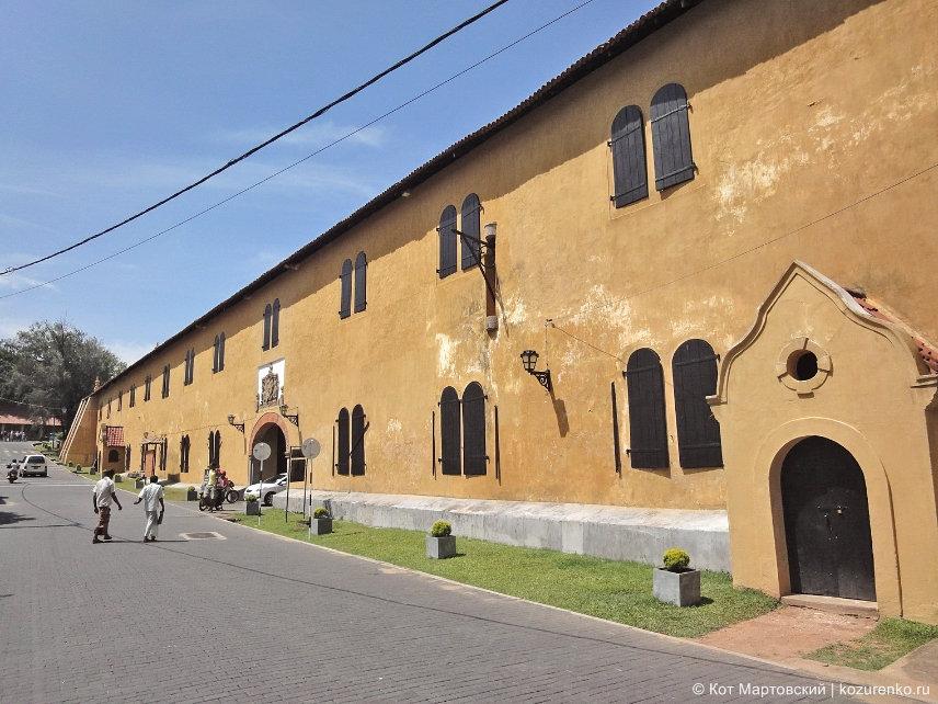 Внутри форта: здание непонятного назначения