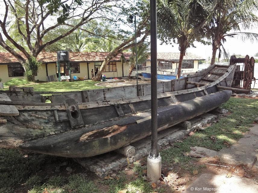 Внутри форта: старинная лодка