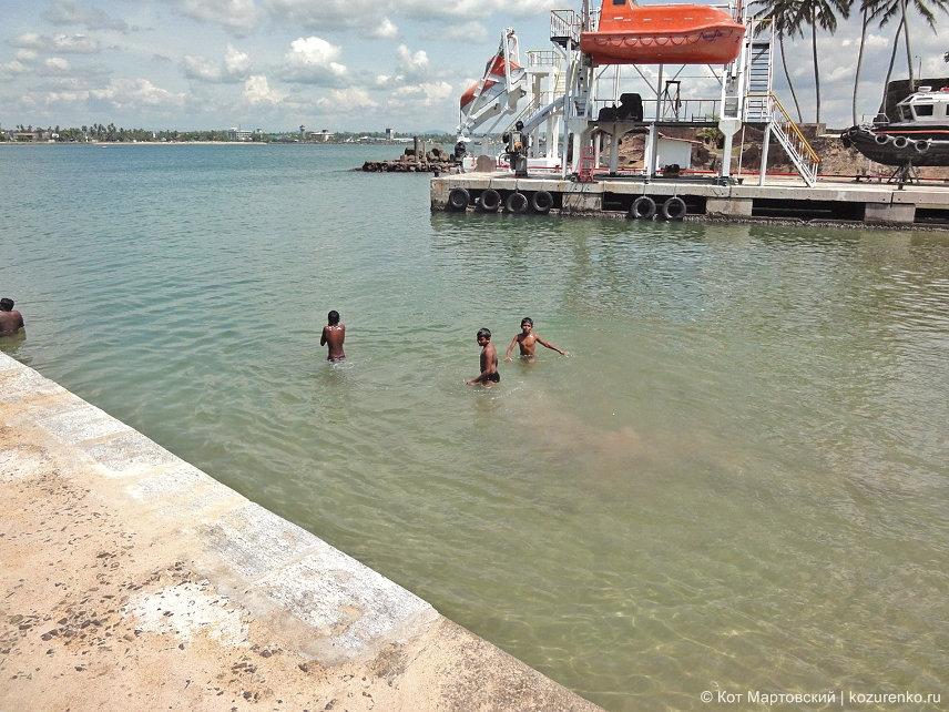 Местные ребятишки купаются на причале