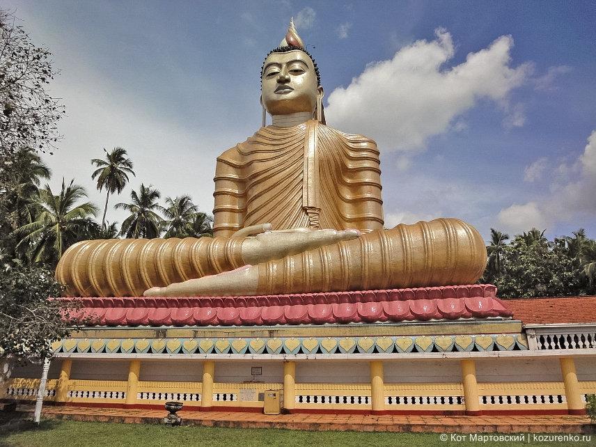 Статуя Будды в храме в Галле