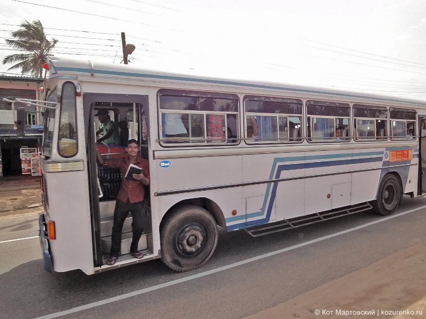 Кондуктор в рейсовом автобусе