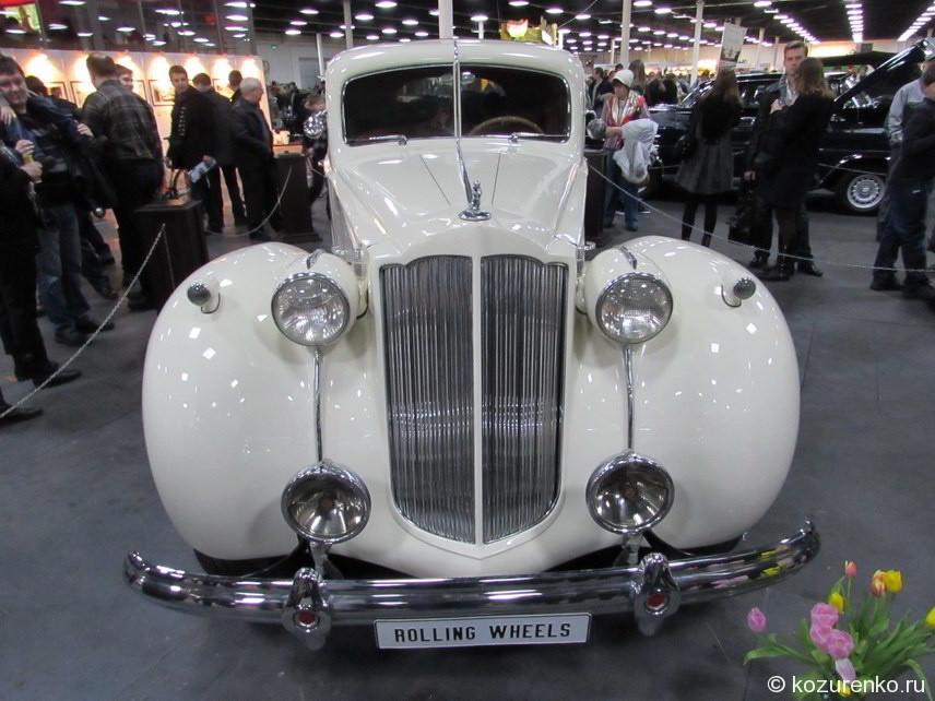 Белый двухместный Packard с дополнительным откидным сидением