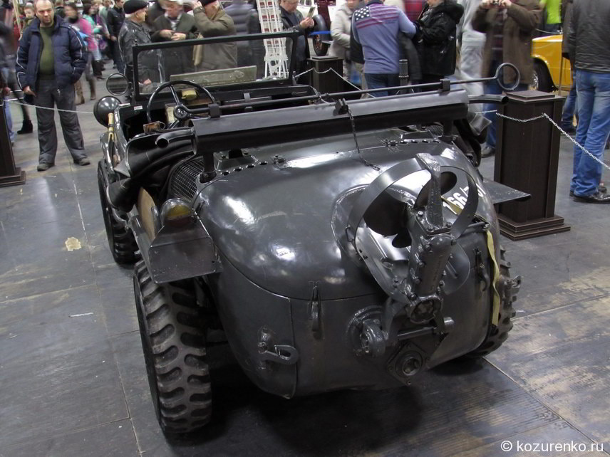 Военный автомобиль-моторная лодка с откидным винтом