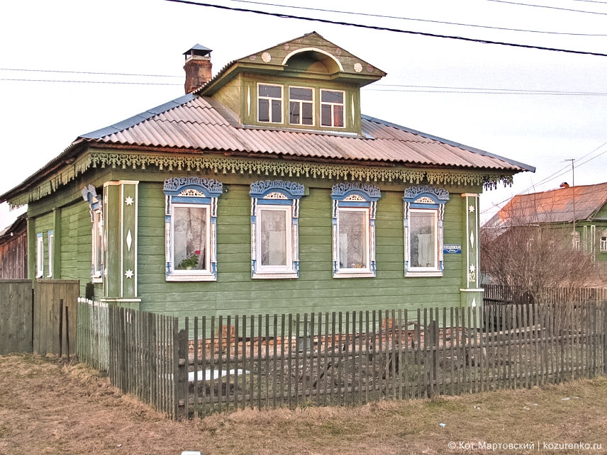 Деревянный бревенчатый дом в деревне