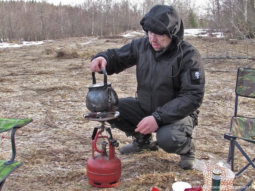Витя кочегарит чайник на газовой горелке