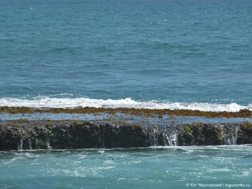 Скалистый выступ в море