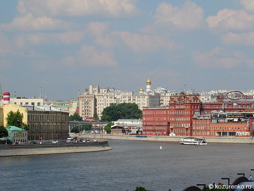 Вид с Крымского моста на Москва-реку и кондитерскую фабрику Красный октябрь