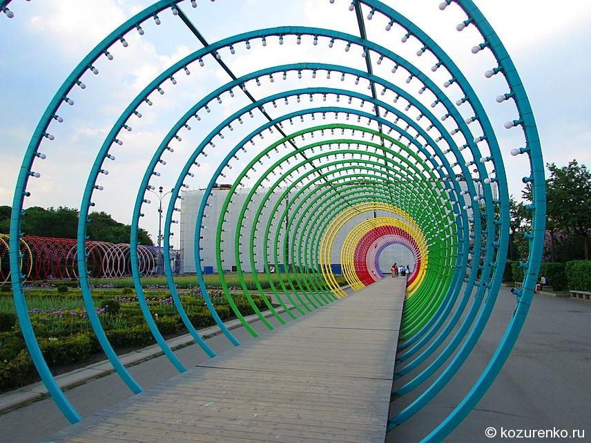 Разноцветный металлический туннель