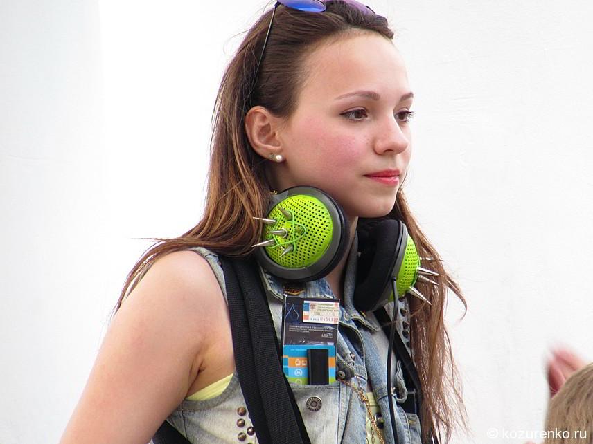 Девушка играет на джембе