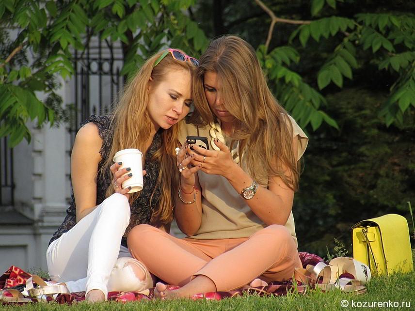 Девушки на траве