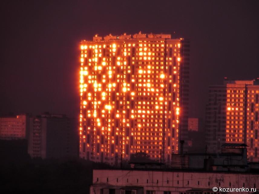 Многоэтажный дом в солнечных лучах