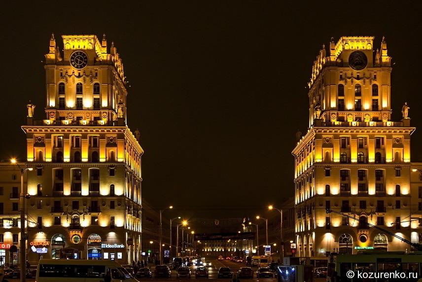 Две башни. Вид со стороны входа на железнодорожный вокзал Минска