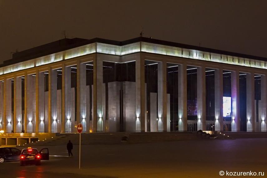 Это монументальное и мрачноватое здание - дворец республики