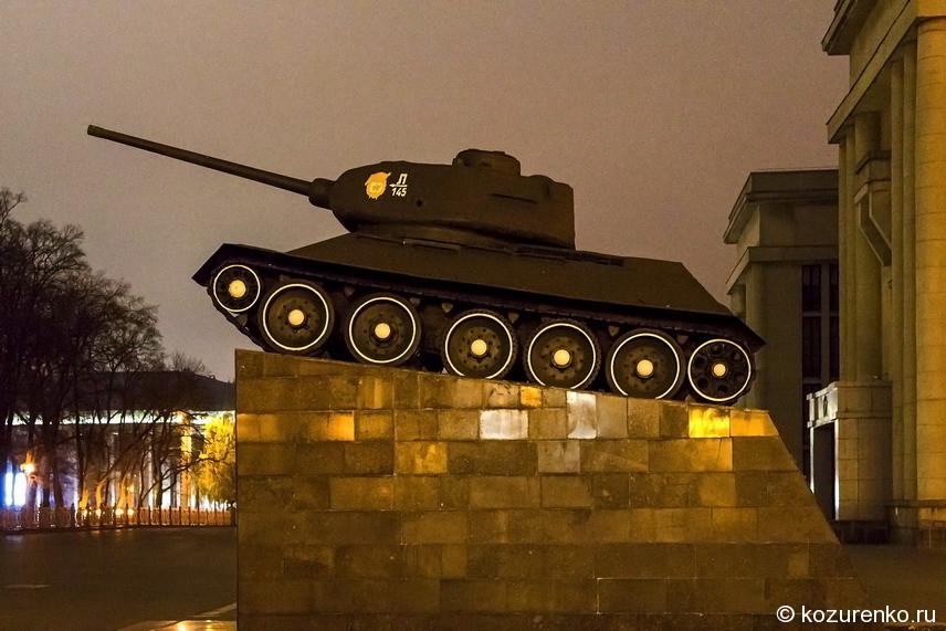 Недалеко от здания президента стоит танк Т-34. Мемориал, посвященный Великой Отечественной Войне