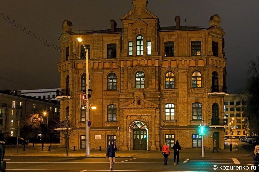 Красивое кирпичное здание недалеко от ж/д вокзала