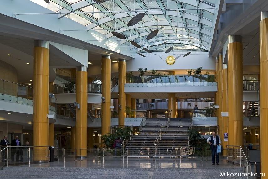 Фойе главного входа библиотеки. Все как положено: колонны и гигантизм