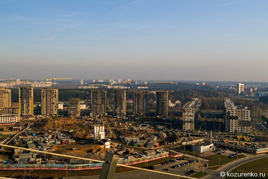 Вид на стройку новых домов Минска с обзорной площадки Национальной библиотеки