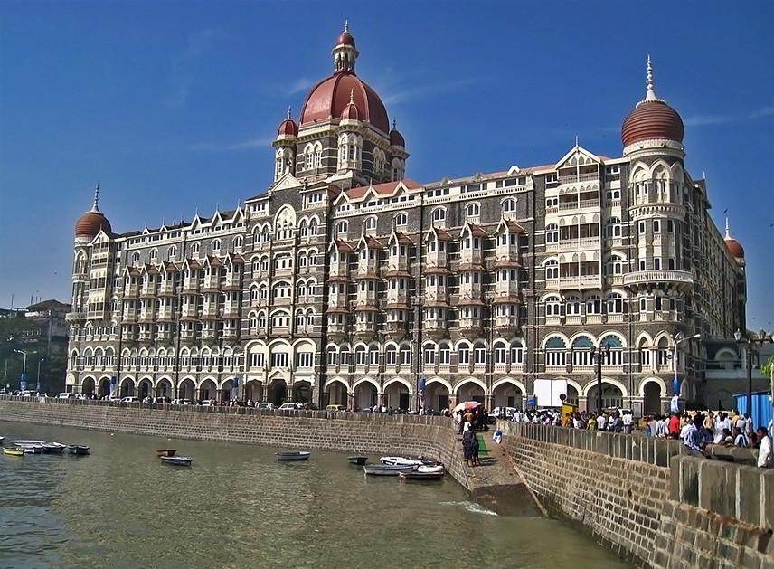 Отель Тадж-Махал в Мумбаи - одно из основных мест событий в романе. Не путать с мавзолеем-мечетью Тадж-Махал в Агре