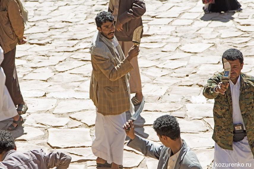 Народный йеменский танец мужчин с джамбиями - короткими широкими ножами