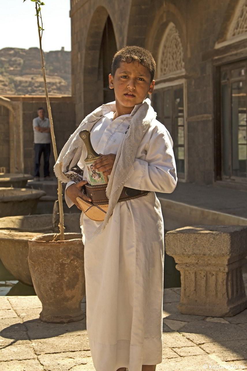 Ребенок богатых йеменцев. Белая одежда и большая дорогая джамбия. Да и сам пухлый - видно хорошо трескает, что не характерно для этих мест