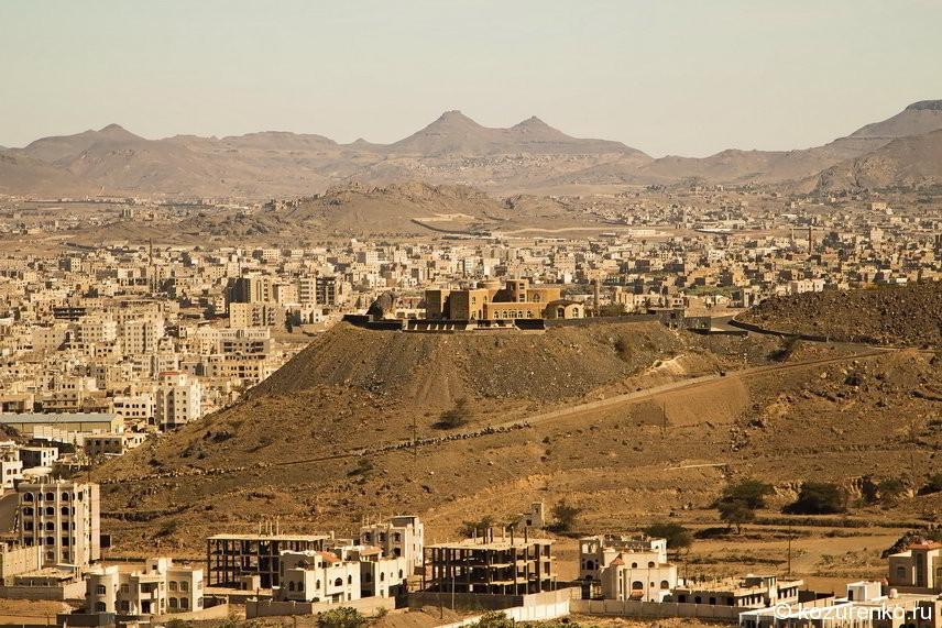 Вид на Сану из горных трущоб