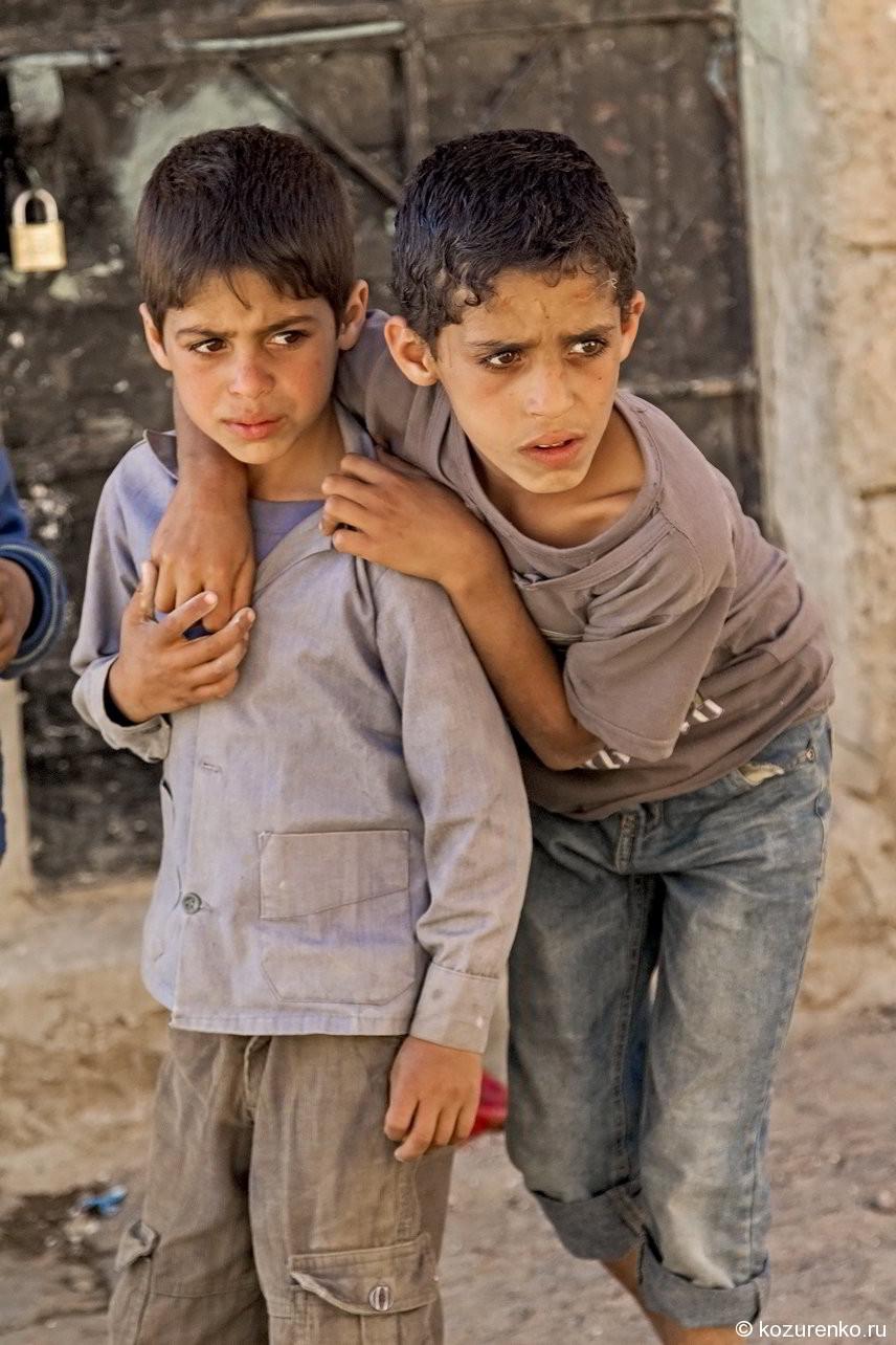 Арабские мальчики на улицах Саны. Любопытство и тревога