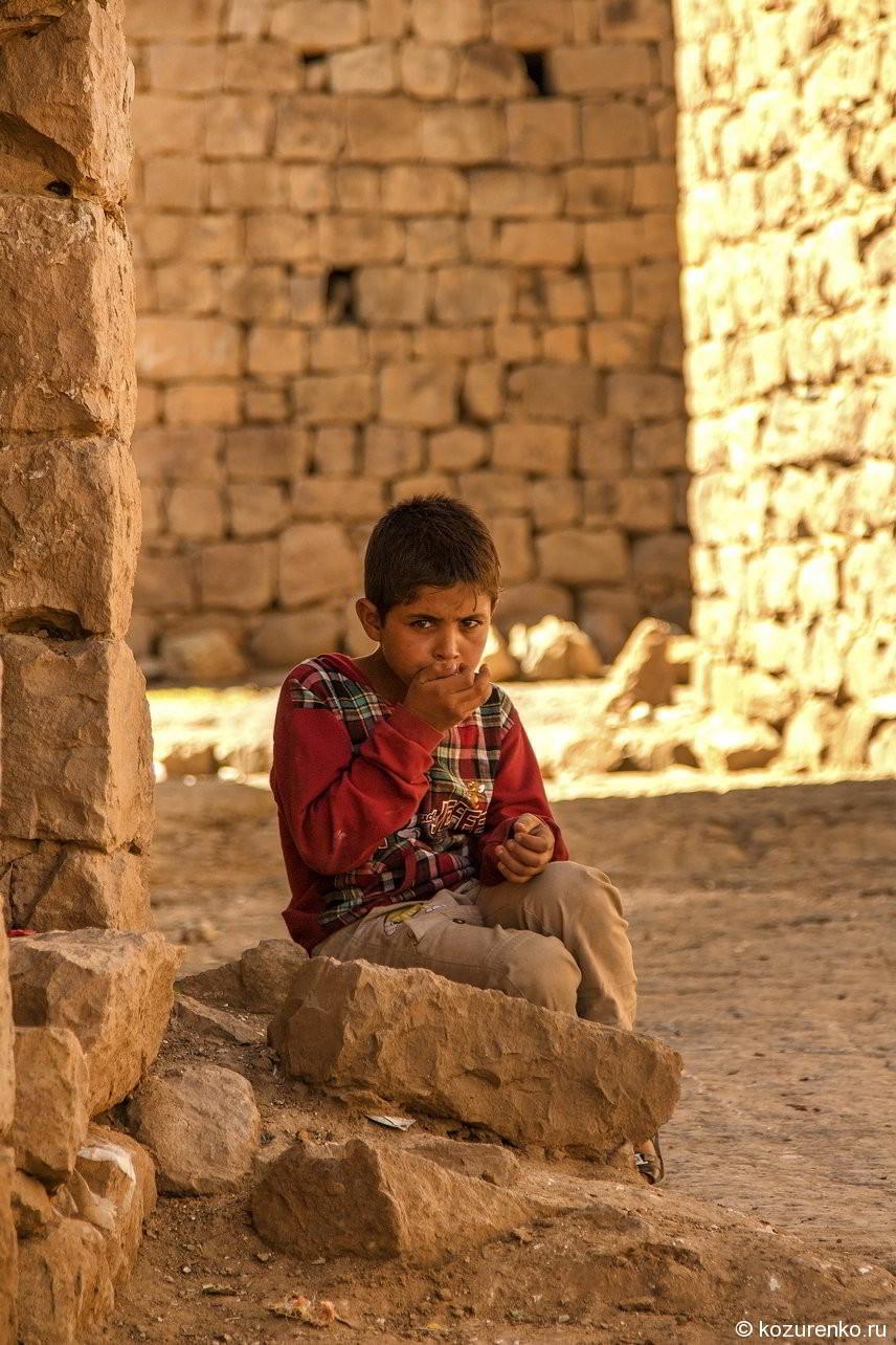 Мальчик в каменных трущобах