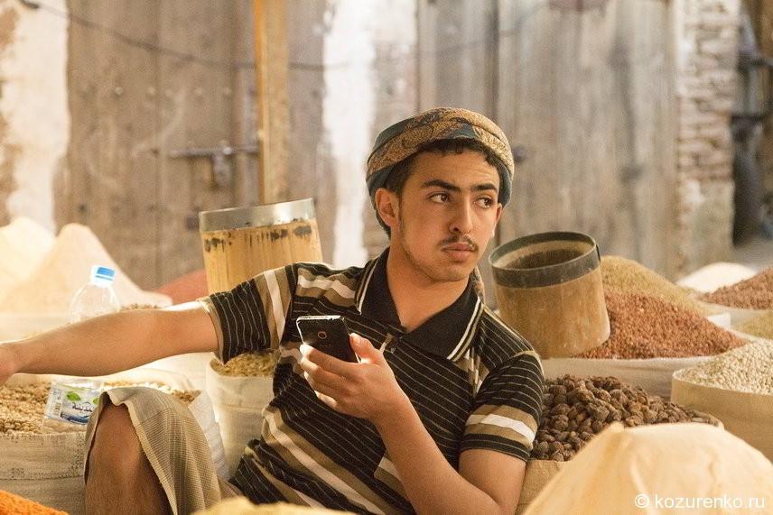 Продавец сухофруктов, изюма и орехов. За щекой вещество