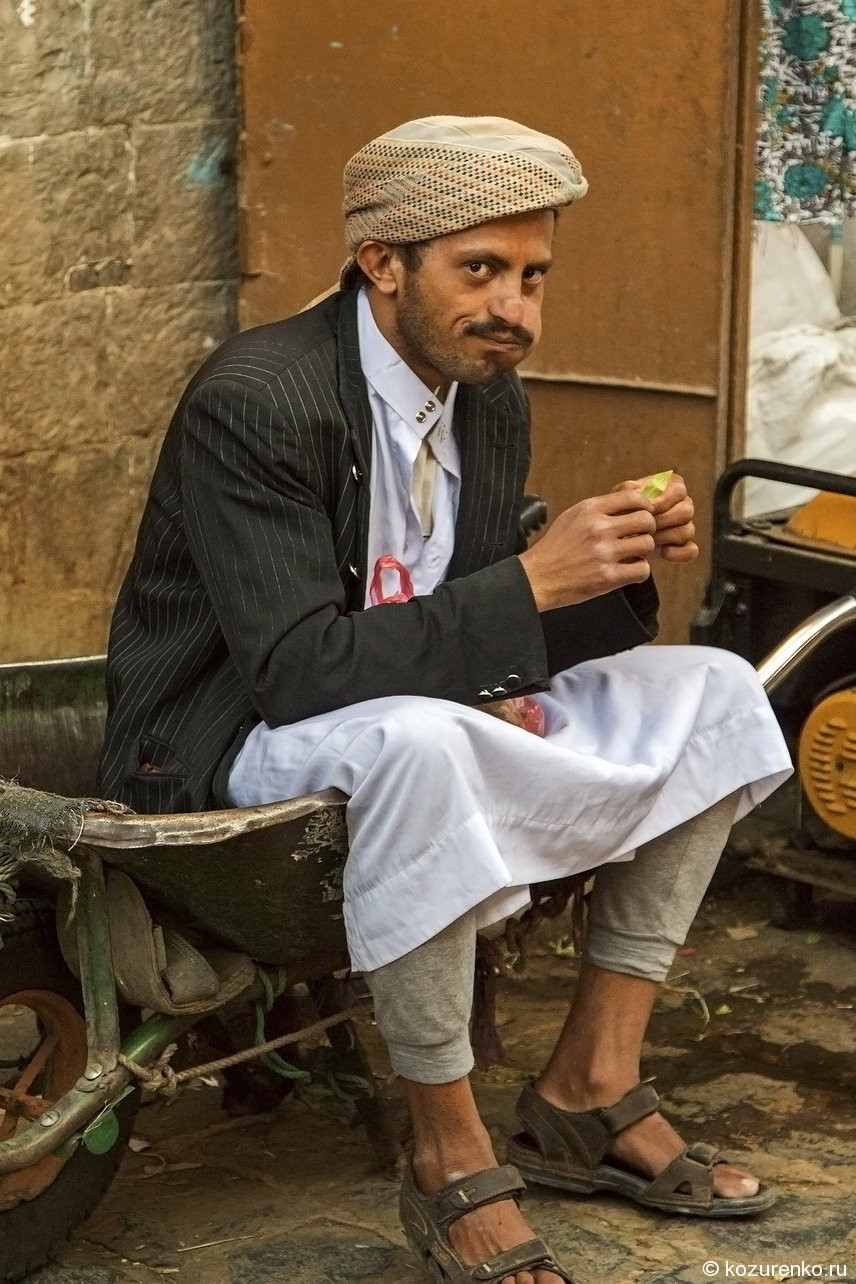 Йеменец набивает вещество за щеку