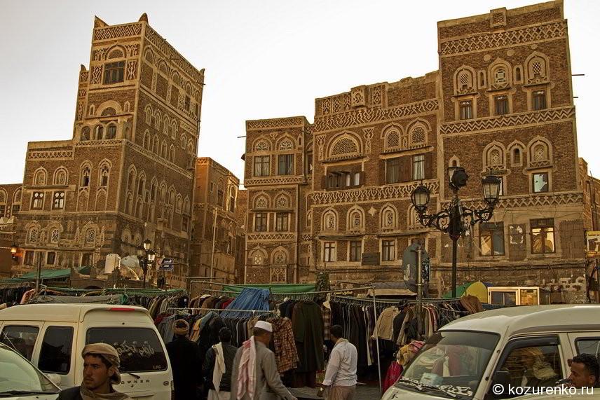 Торговля одеждой у главного входа на базар Саны
