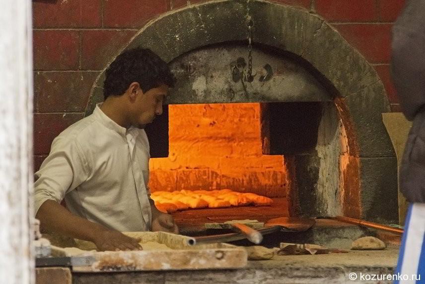 Уличная пекарня. Пекарь жует вещество