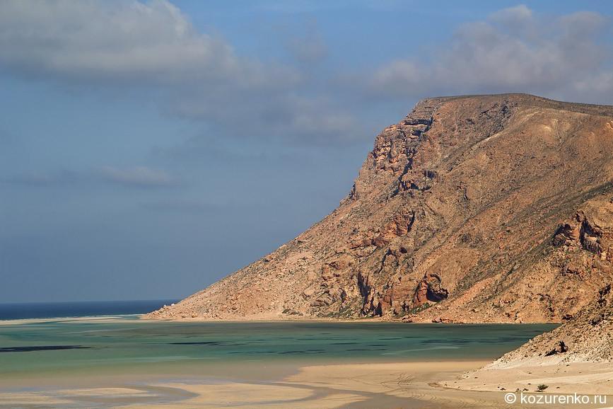 Вид на горы с пляжа бухты