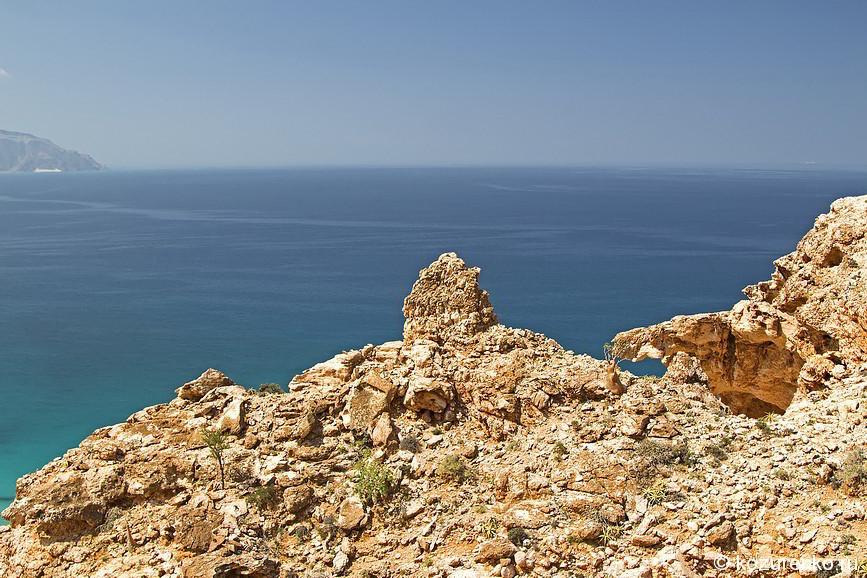 Горы в бухте Shuab