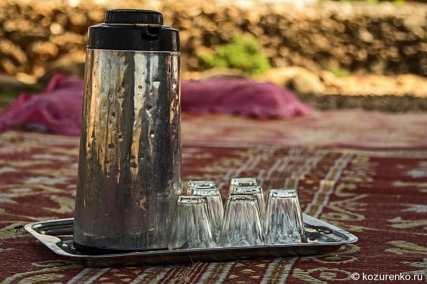 Термос с крепким сладким чаем