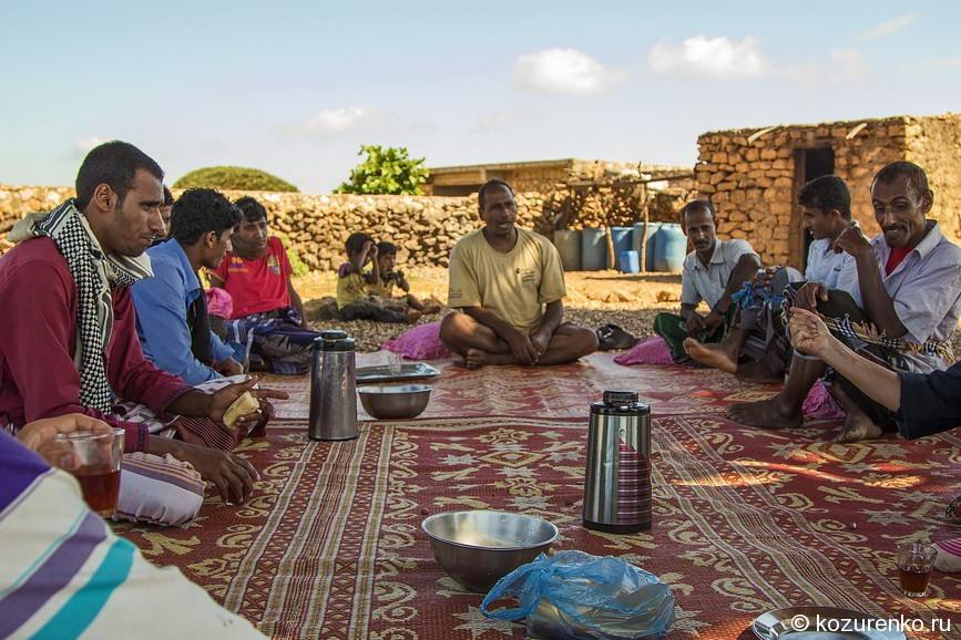 Шейх деревни в окружении семейства и гостей