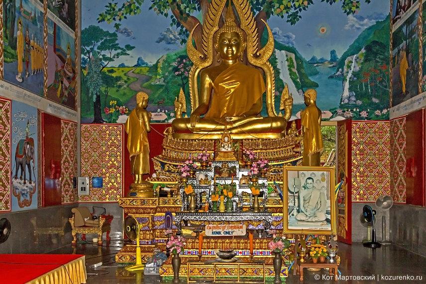 Статуя Гаутамы Будды в одном из храмов Ват Плай Лаем (Wat Plai Laem)
