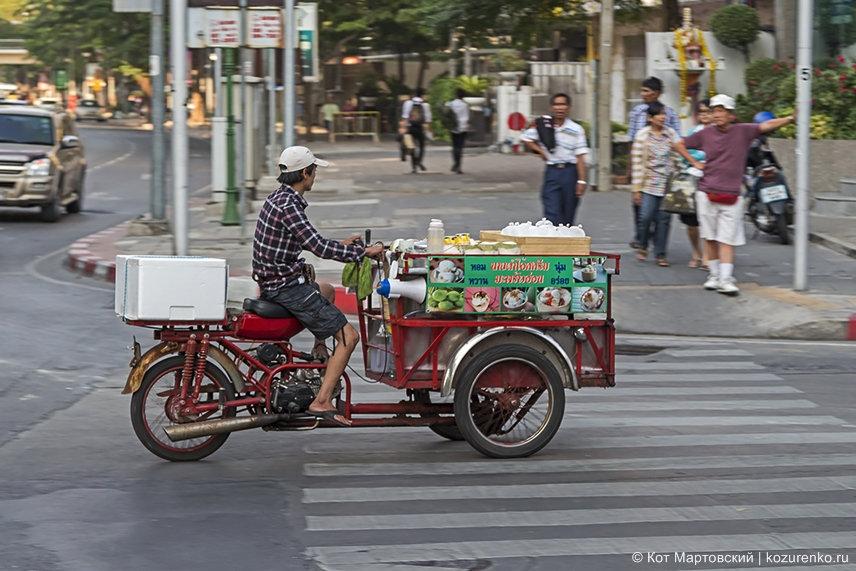 Торговец сладостями на мобильной мото-макашнице