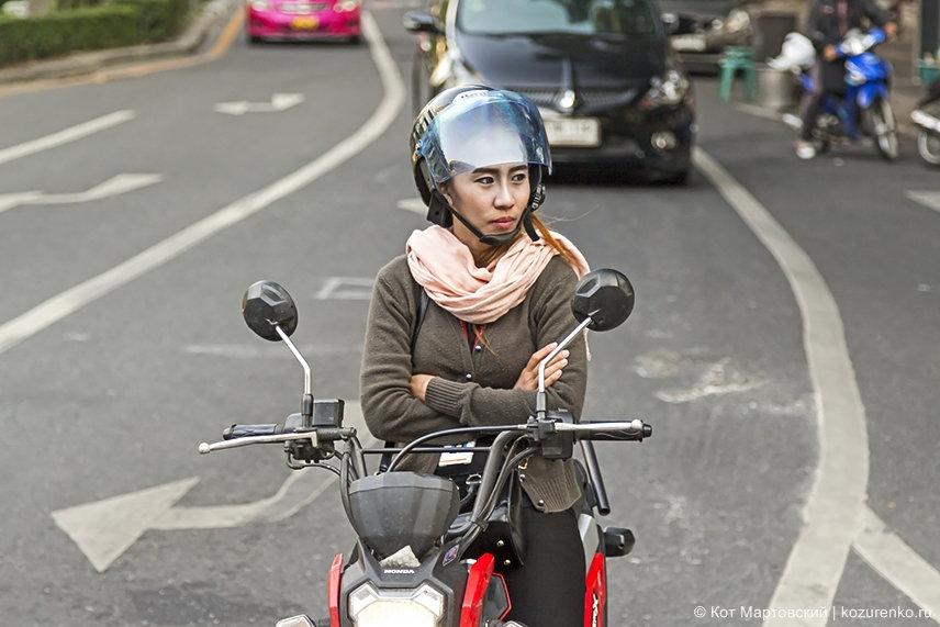 Девушка на мопеде Хонда