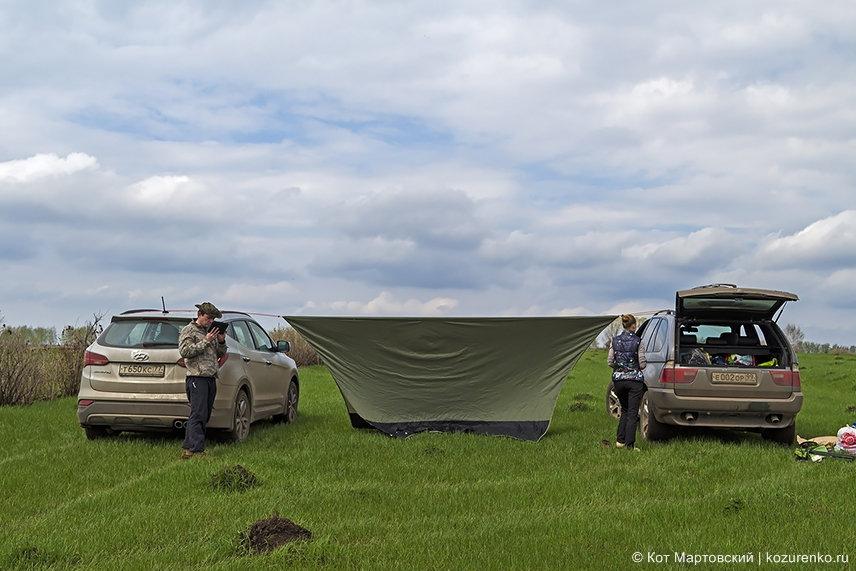 Натягиваем тент для нашего шатра на новом месте